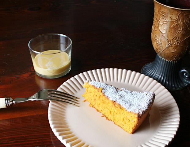 Foto di una fetta di torta alle carote con la lemon curd in un bicchierino