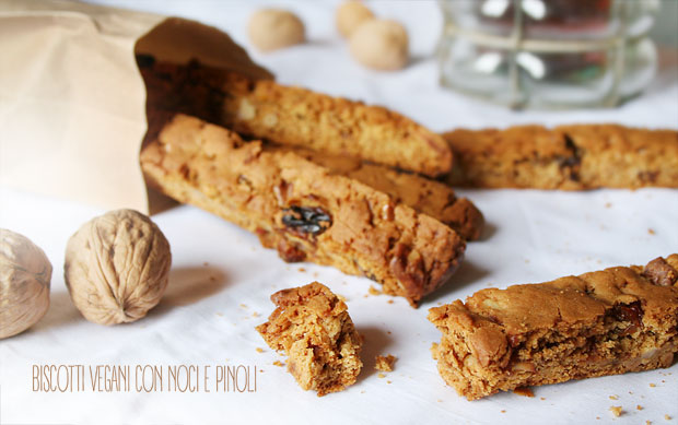 Biscotti vegani con noci e pinoli