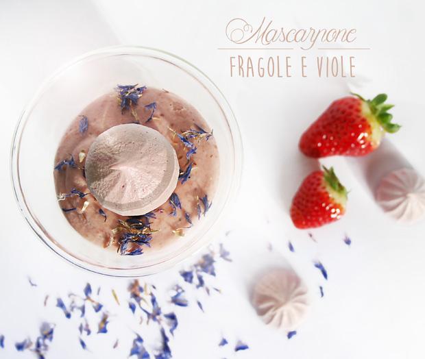 Foto dall'alto Mascarpone fragole e viole