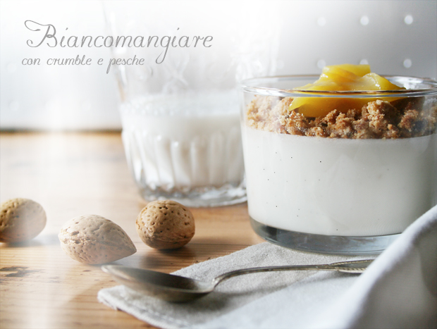 Biancomangiare con crumble e pesche